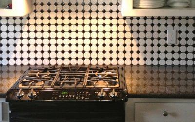 Poradnik jak zastosować folię samoprzylepną na płytki kuchenne, czyli wszystko o płytkach samoprzylepnych