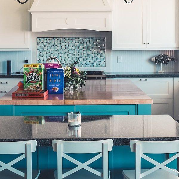 Klejenie tapety na płytki w kuchni - czy warto?