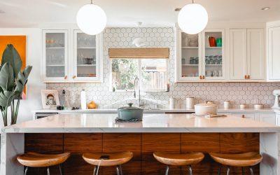 """Co na Å›cianÄ™ w kuchni przy kuchence gazowej? – 6 pomysłów na trwaÅ'e i modne wykoÅ""""czenie"""