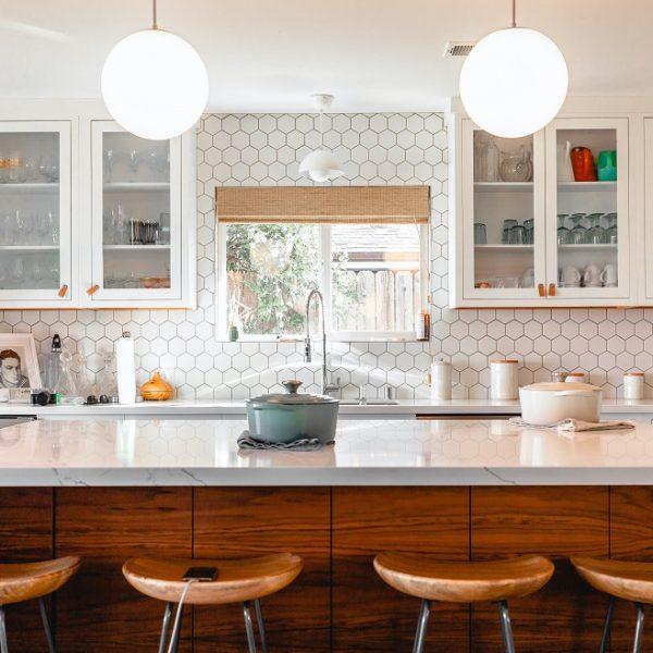 Co na ścianę w kuchni przy kuchence gazowej? - 6 pomysłów na trwałe i modne wykończenie
