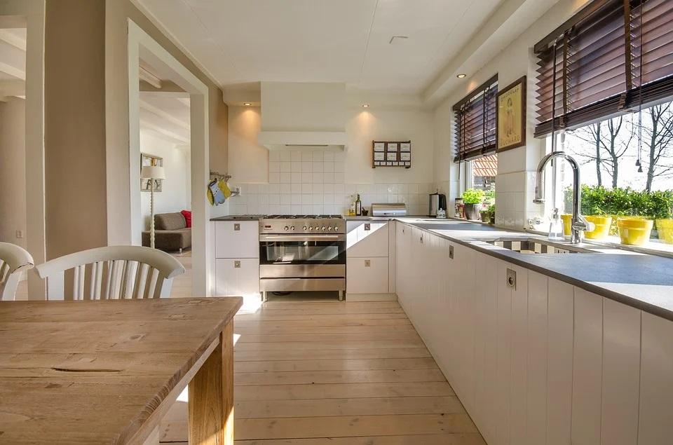 Co lepiej sprawdzi się w małej kuchni: płytki gresowe czy panele podłogowe