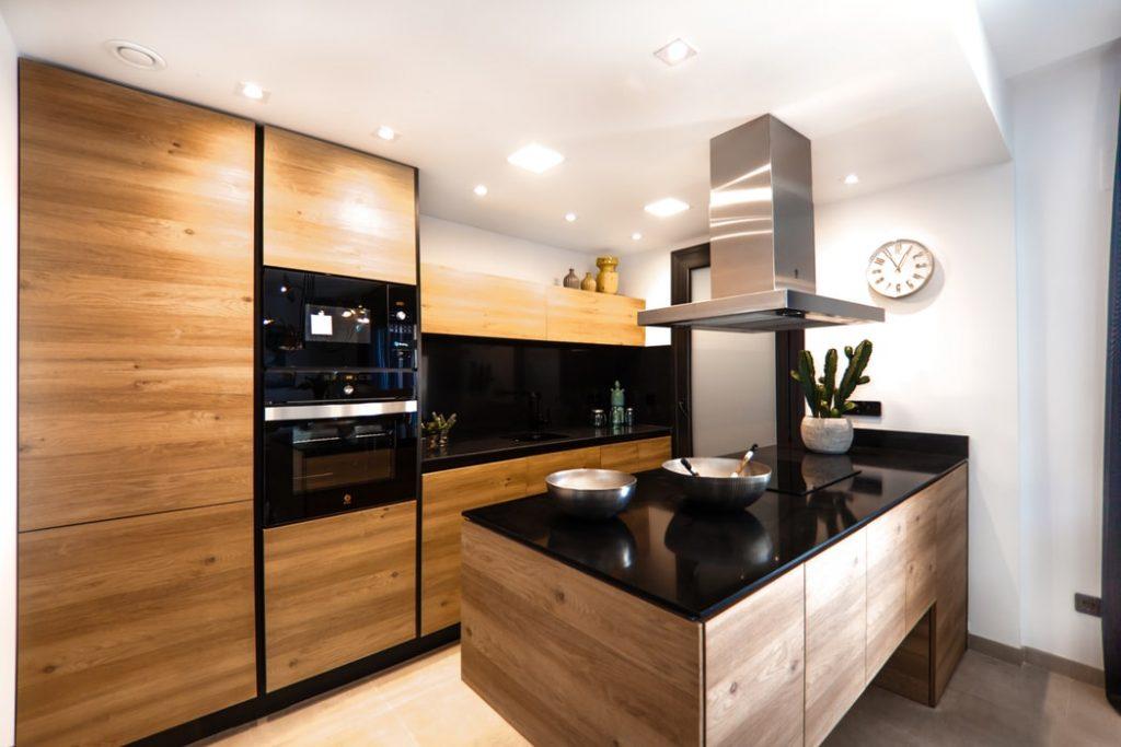 Zastosowanie lacobelu na ścianach w dużej kuchni w domu