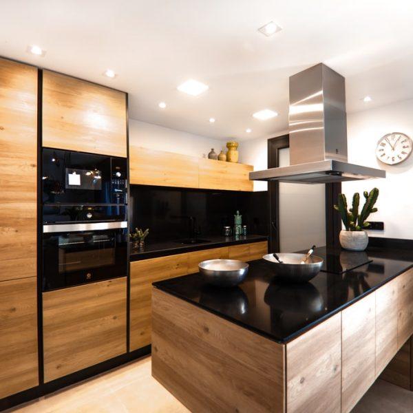 Zastosowanie lacobelu na ścianach w dużej kuchni w domu – wady i zalety rozwiązania