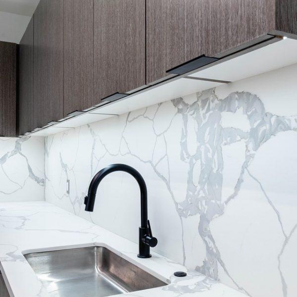 Spieki kwarcowe na ścianie w małej kuchni w bloku – czym są i czy warto je stosować?