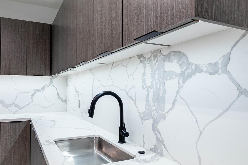 Zastosowanie spieków kwarcowych na ścianie w małej kuchni w bloku